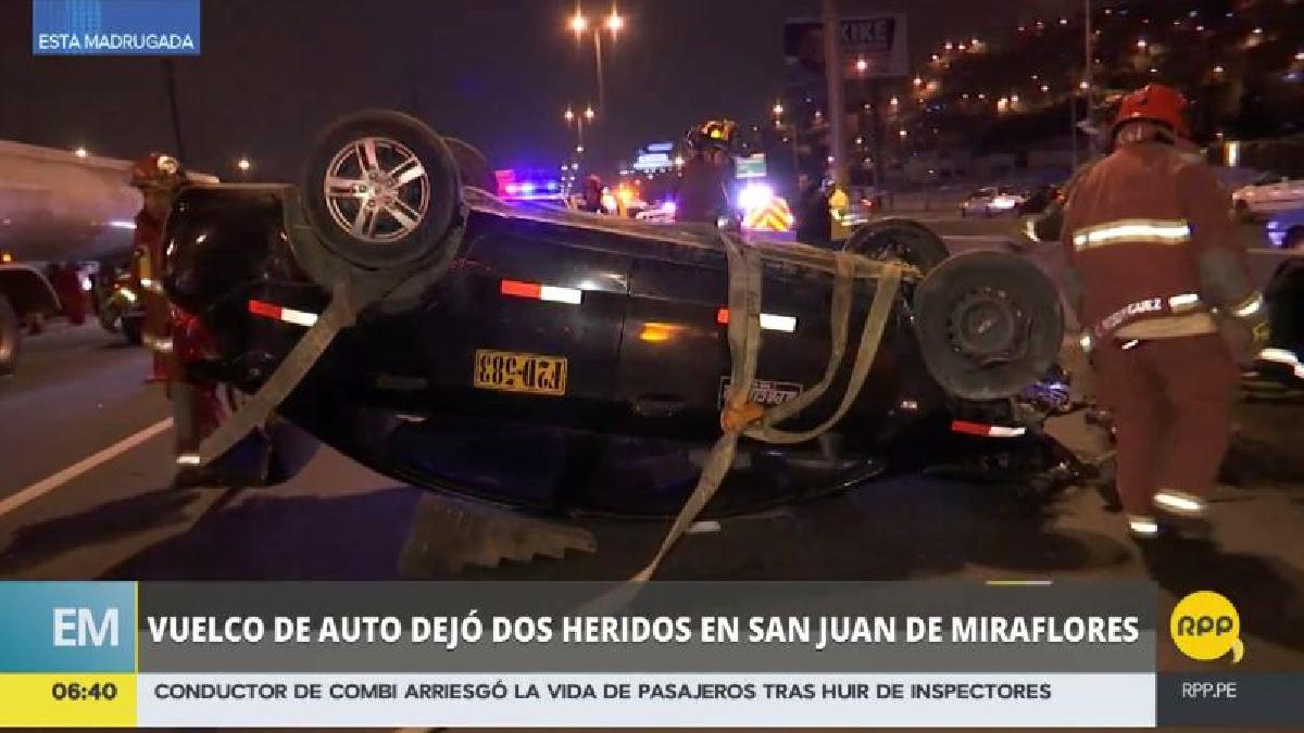 Así quedó el coche tras dar tres vueltas de campana y chocar contra la berma central de la autopista.