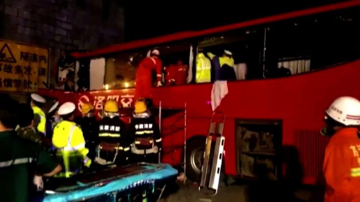 El violento accidente ha dejado 13 personas heridas, algunas de gravedad, por lo que se teme que la cifra de muertos aumente.