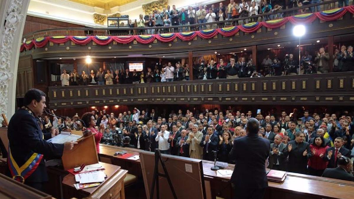 Nicolas Maduro entregó a la Asamblea Nacional Constituyente su proyecto de Constitución para que sea evaluado y discutido por ese órgano.