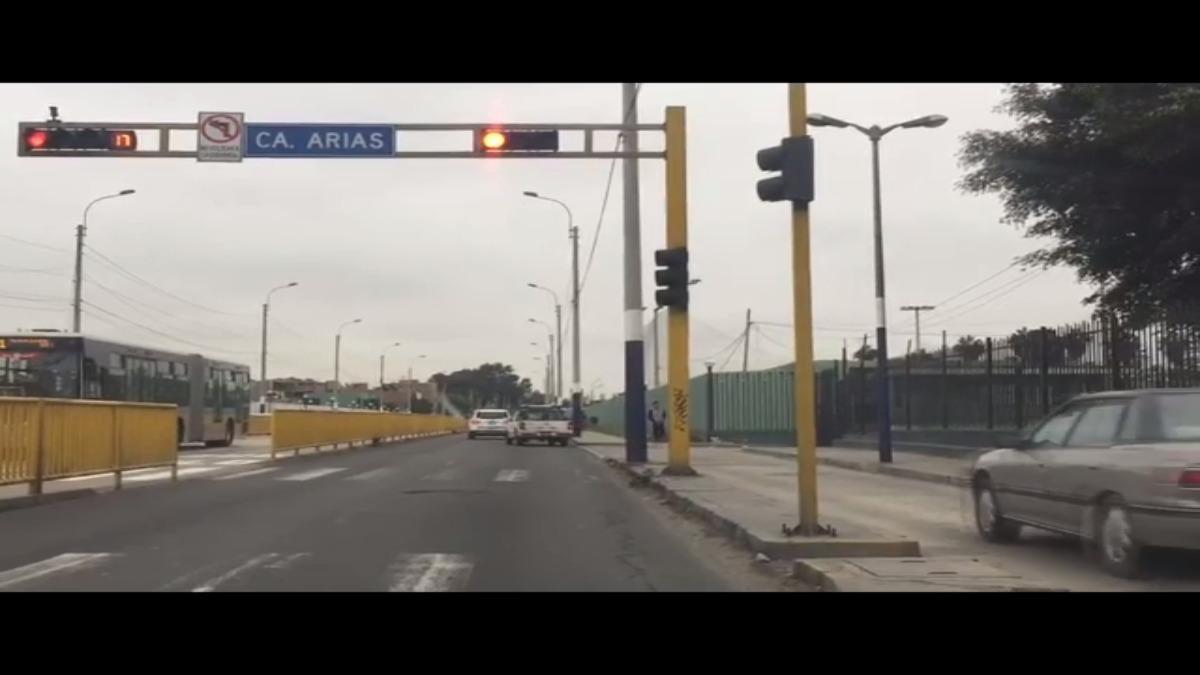 Conductores utiliza la auxiliar de la Av. Escuela Militar  para evitar el semáforo