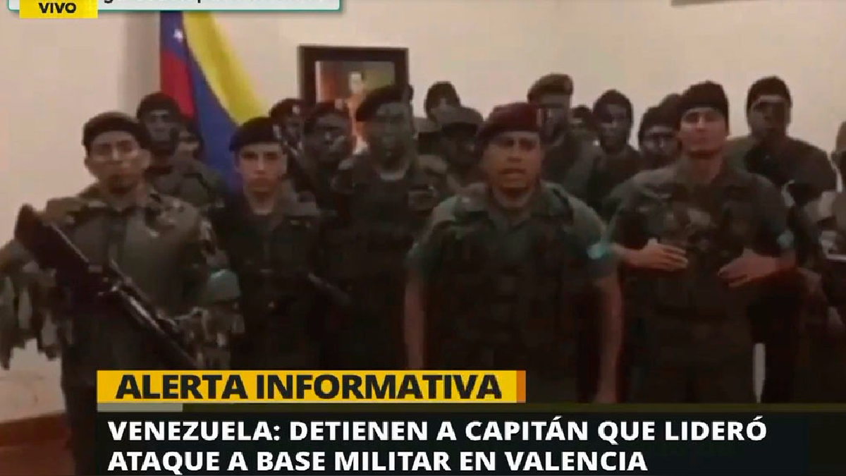 Un grupo de militares venezolanos asaltaron una base militar en Valencia el último domingo.