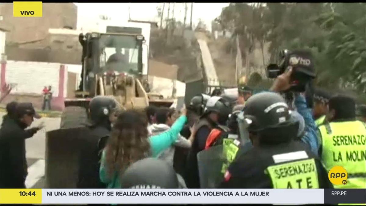 Los vecinos de La Molina se aferraron al tractor para impedir que avancen.