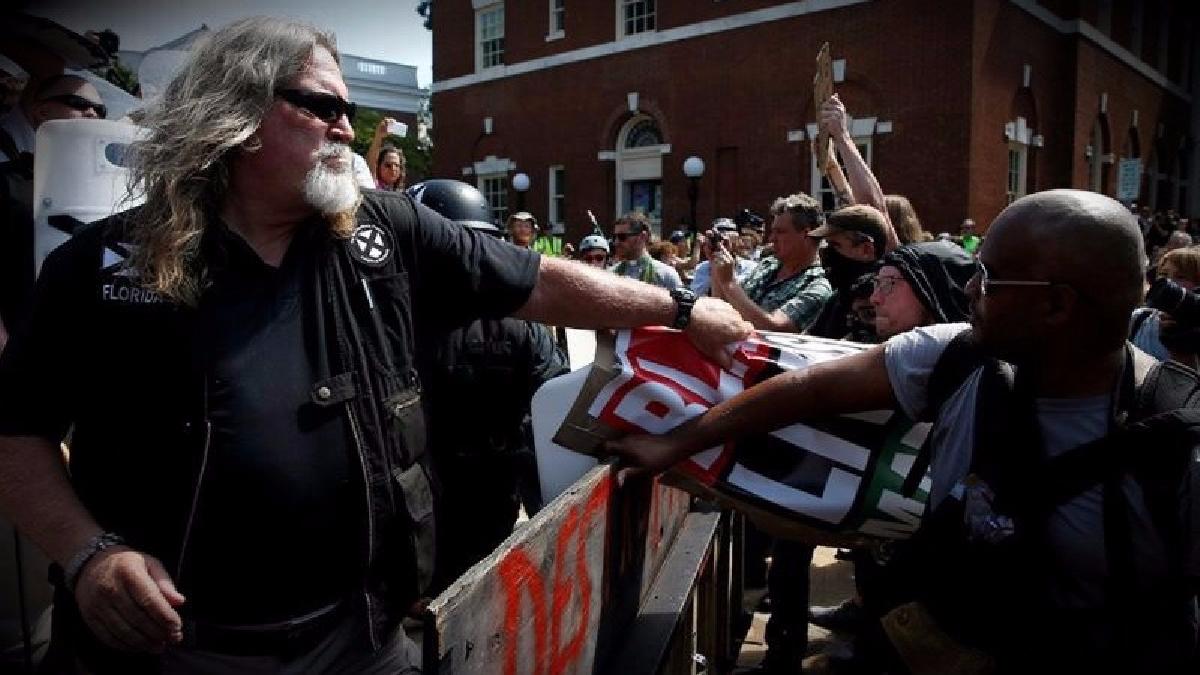 Los enfrentamientos comenzaron poco después de las once de la mañana luego del atropello masivo cerca del centro de Charlottesville.