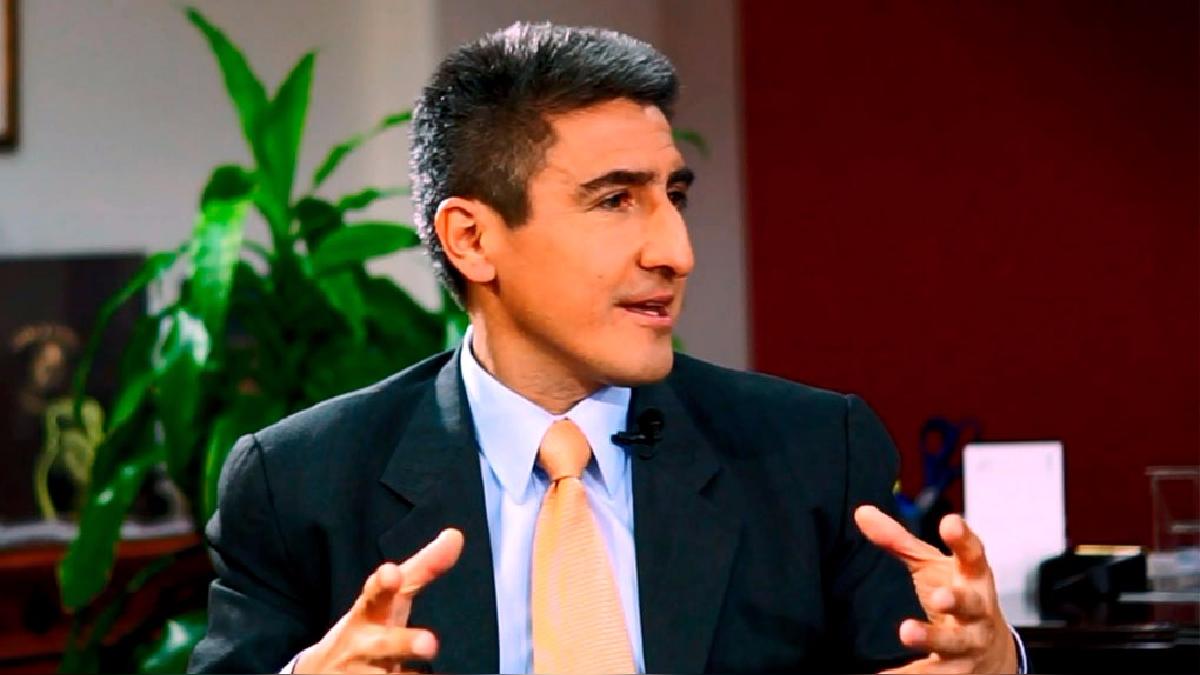 Alejandro Neyra es un diplomático y escritor autor de la novela 'CIA Perú 1985. Una novela de espías'.