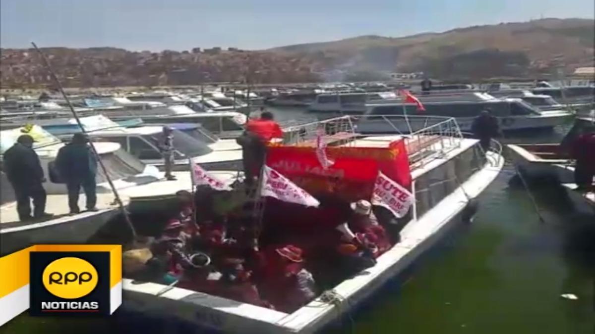 Profesores puneños llevan su protesta hasta el lago Titicaca | RPP ...