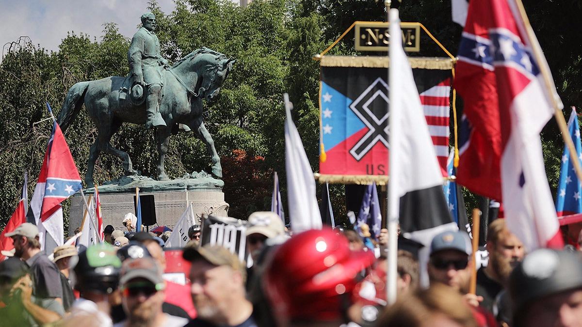 Los enfrentamientos comenzaron bajo la estatua del confederado Robert Lee. Una mujer que protestaba contra los fascistas murió arrollada, más tarde murieron dos policías que patrullaban las protestas murieron cuando su helicóptero se estrelló. Virginia está en emergencia.