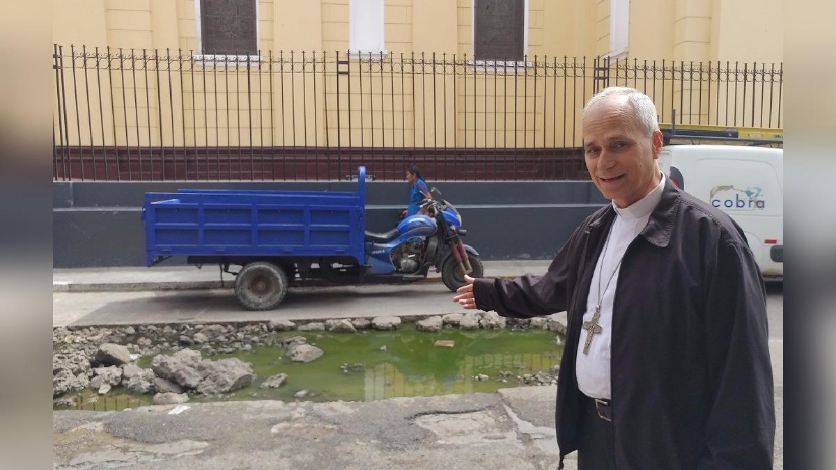 Autoridad religiosa no dudó enmostrar su molestia a reporteros de RPP.