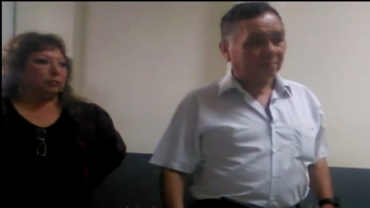 La exlegisladora Iqueña Celia Anicama acompañó a su exposo en la comisaría.