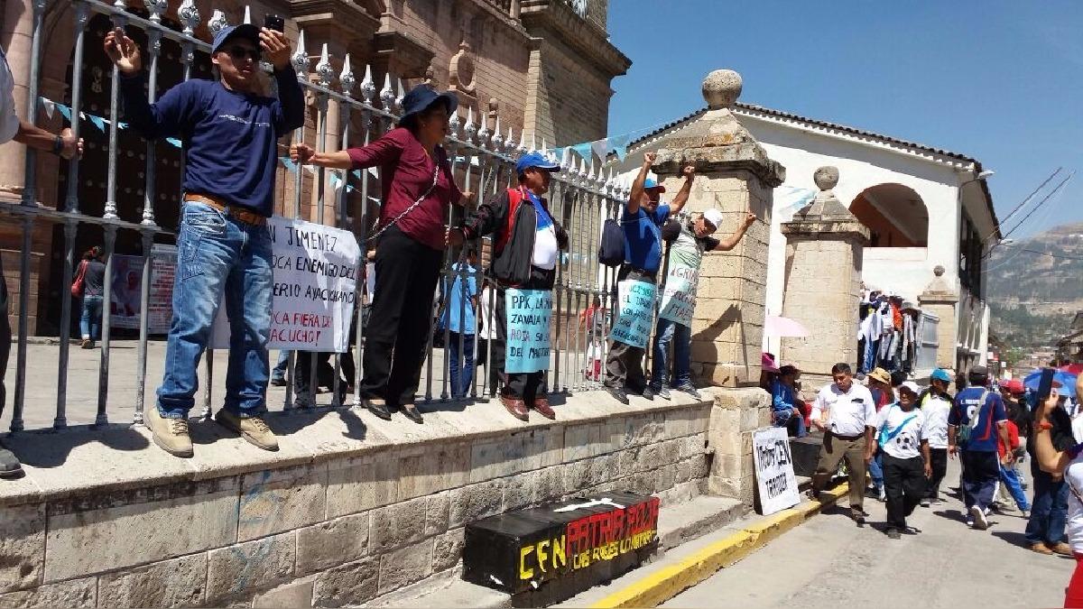 Profesores se encadenaron en la Catedral de Ayacucho.
