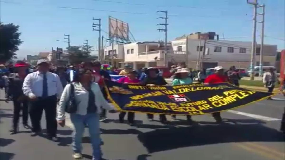 Profesores bloquearon el tránsito en la Panamericana Sur por 45 minutos.