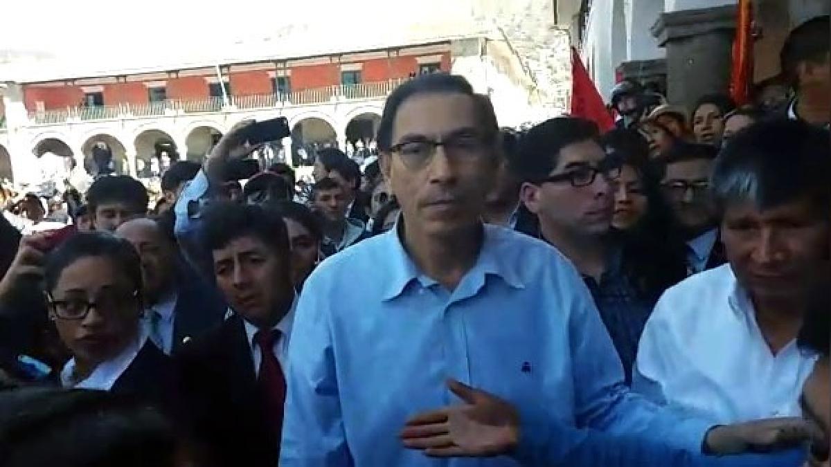 Martín Vizcarra junto al gobernador regional de Ayacucho, Wilfredo Oscorima en la plaza mayor de Huamanga.