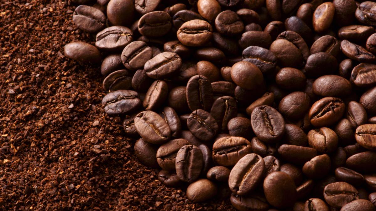 La cafeína tiene un poder estimulante: un efecto que ocurre a los 20 minutos de consumirlo, potenciado cuando el grano es tostado y molido.