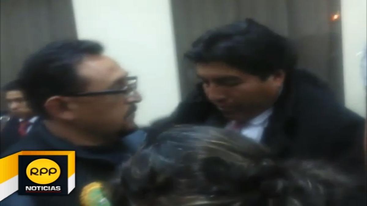 Iván Flores Quispe fue acusado por el delito de colusión agravada. Su exasesora afronta la misma orden, sin embargo no se presentó a la audiencia.