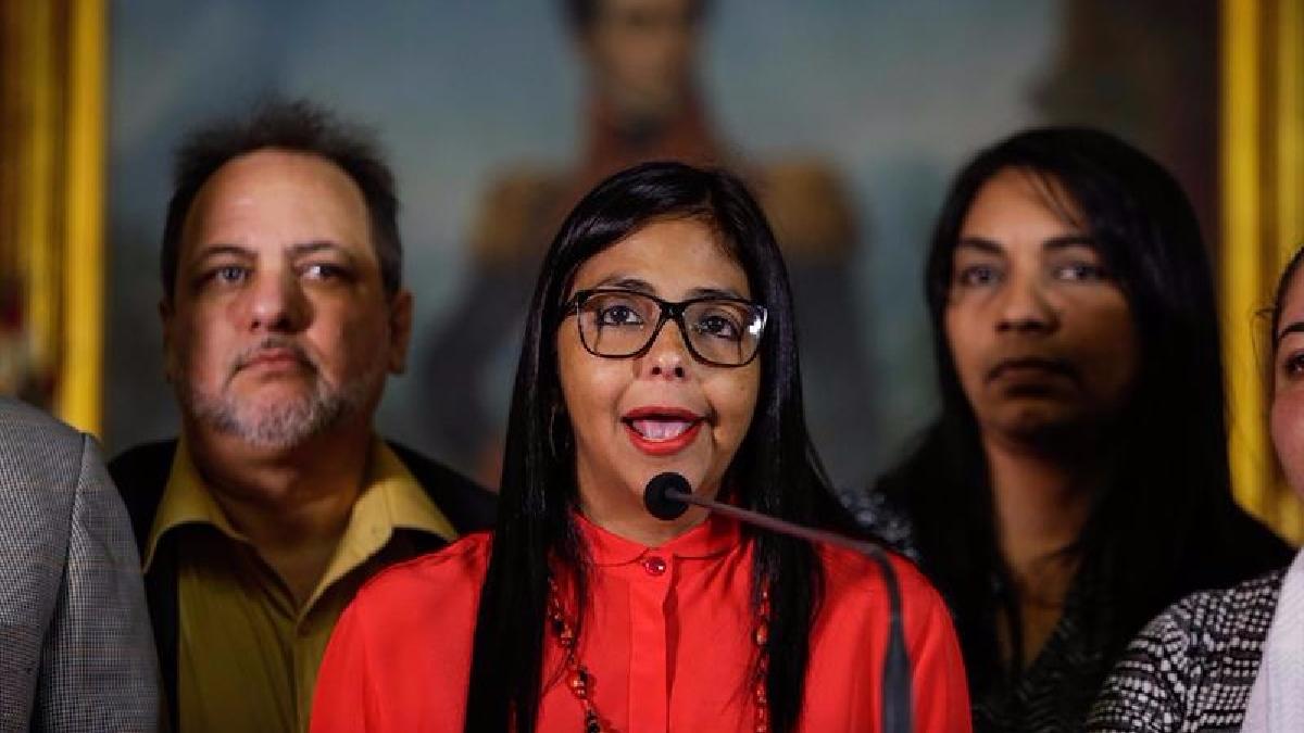 Delcy Rodríguez ofrece declaraciones junto a miembros de la Comisión de la Verdad en Caracas.