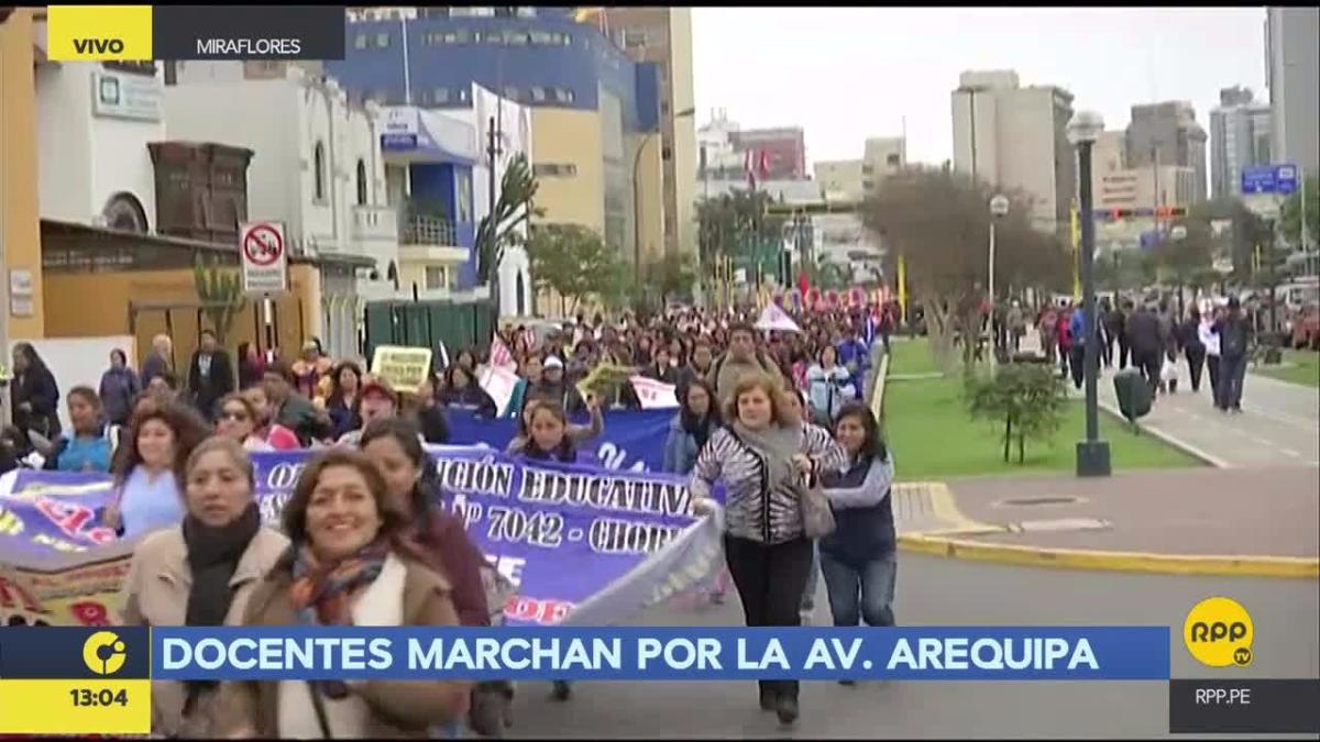 Los docentes marchan por la avenida Arequipa.