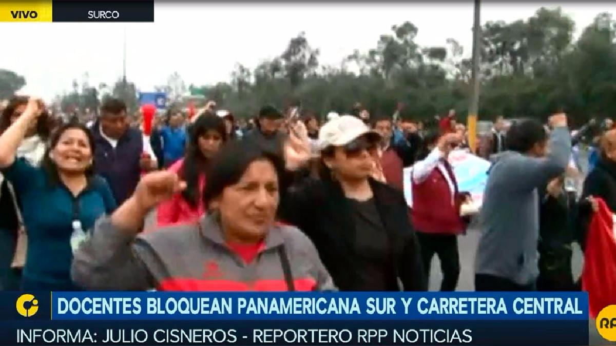 Los maestros marchan hacia el centro de Lima.