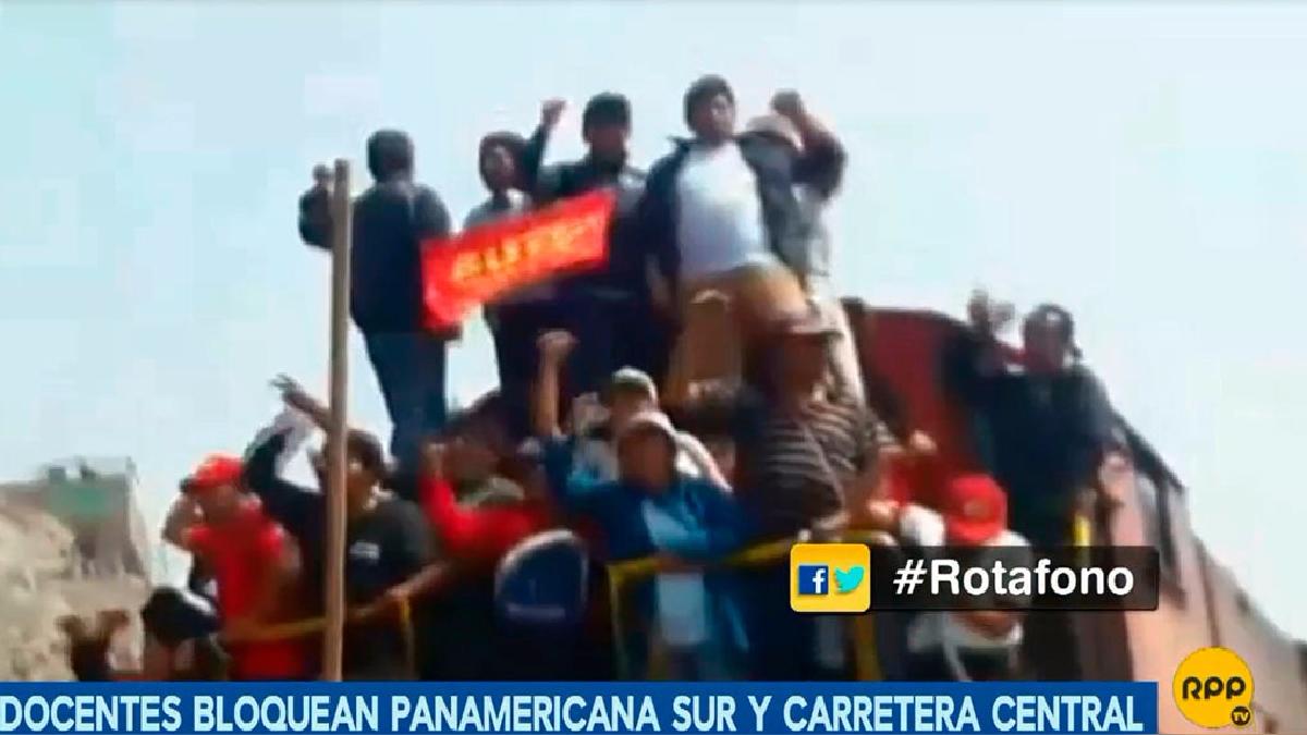 Un grupo de maestros encaramados sobre un vagón en la vía del tren en Ñaña.