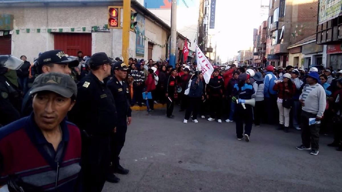 Huelguistas hicieron plantones en inmediaciones de Plaza Vea de Juliaca.