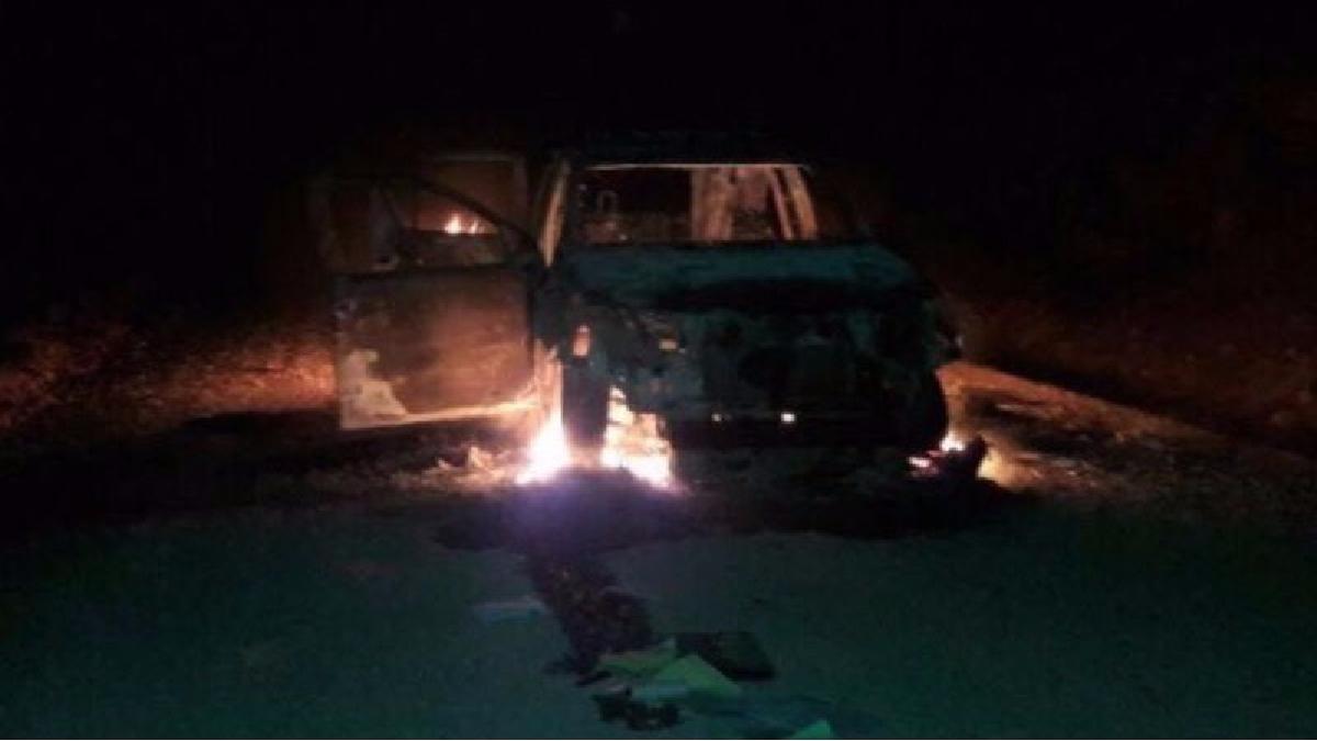 Según confirmó la Policía Nacional, los atacantes balearon una de las camionetas e incendiaron la otra.