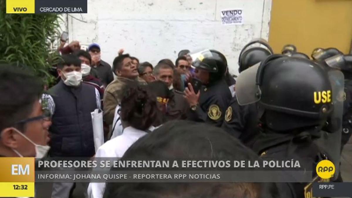 Los policías tuvieron que usar gas lacrimógeno para dispersar a los manifestantes.