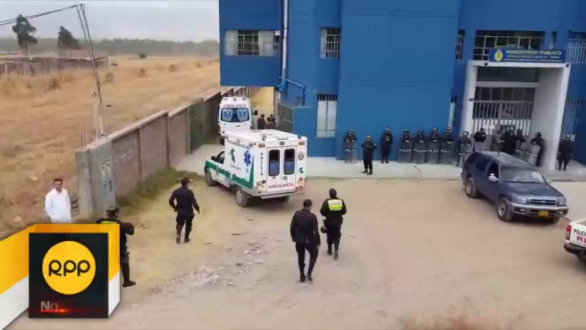 Familiares de policías asesinados por narcoterroristas llegan a la morgue.