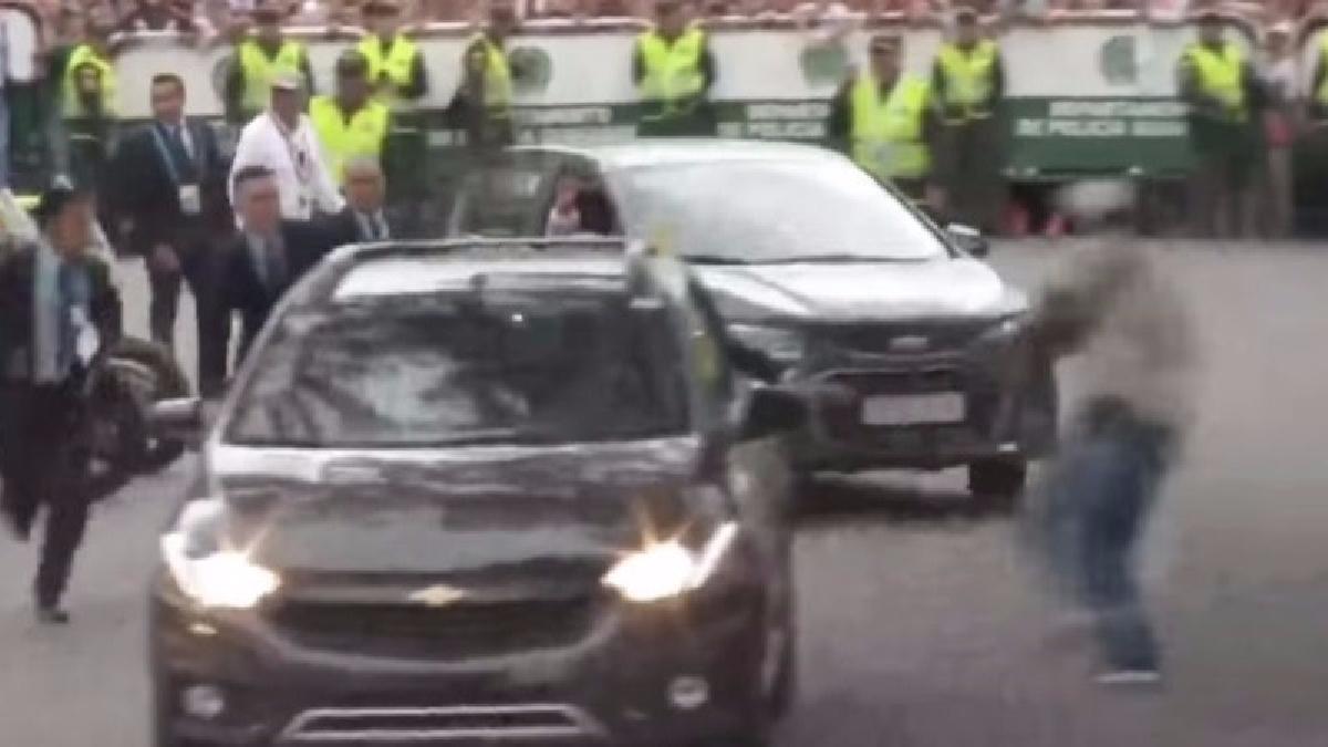A la salida de Francisco del aeropuerto de Villavicencio un hombre también intentó cruzarse para saludarlo.