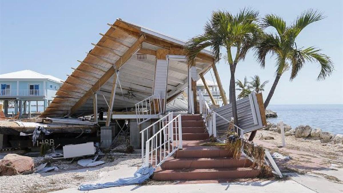 Miles de residentes que decidieron no evacuar se encuentran atrapados entre los escombros.