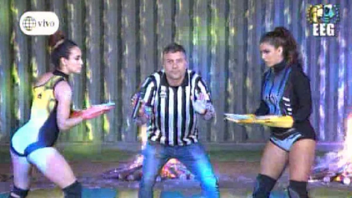 Yahaira Plasencia y Rosángela Espinoza se enfrentan en el juego de 'Las manoplas'.