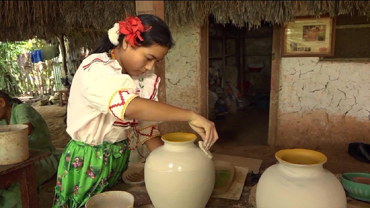 Hellen Tais Saurín Chasnamote, a sus cortos 11 años se ha convertido en una destacada ceramista.