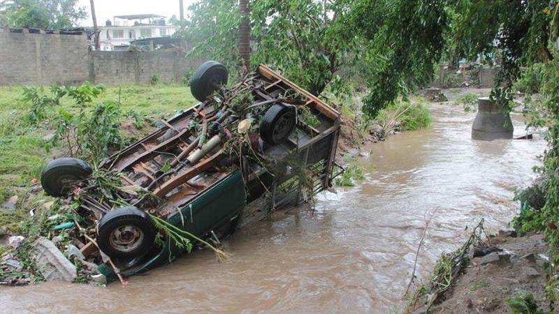 Hasta el momento han sido habilitados 25 refugios temporales en las regiones Costa Grande, Acapulco y Costa Chica, de los cuales diez se encuentran en operación, dando cobijo y alimentación a 688 personas afectadas por las últimas lluvias, precisó.