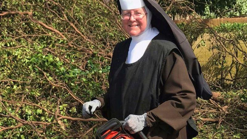 El video de la monja de la motosierra se volvió viral durante la semana.
