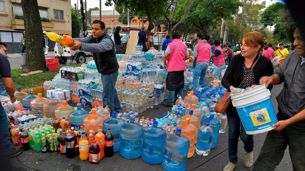 Los ciudadanos se han unido a las labores como rescatistas y recolectando víveres para los damnificados.