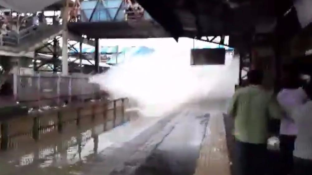 La estación quedó inundada y la llegada del tren levantó una 'ola'.