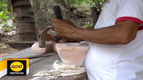 Rafael Sepúlveda, se encarga de tallar y moldear la sal, dando origen a verdaderas obras de arte.