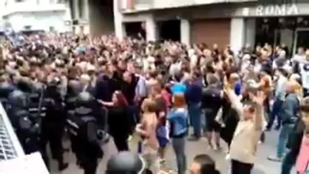 La Policía reprime a un grupo de catalanes que estaba cantando.
