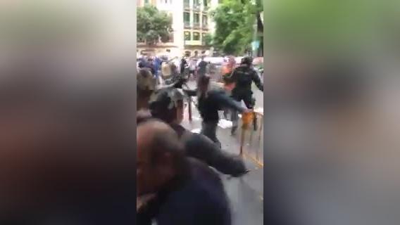 Vuelan las balas de goma contra protestantes en Cataluña.