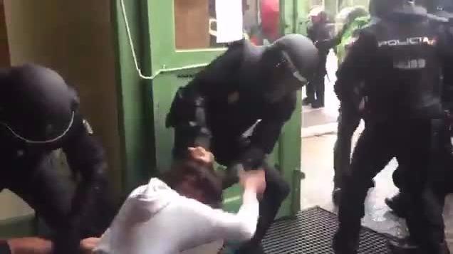 La incursión de la Policía en un colegio donde se instalaron mesas de votación.