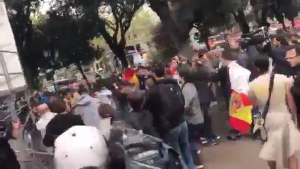 Protestantes contra el referéndum se unen a la represión junto a la Policía.