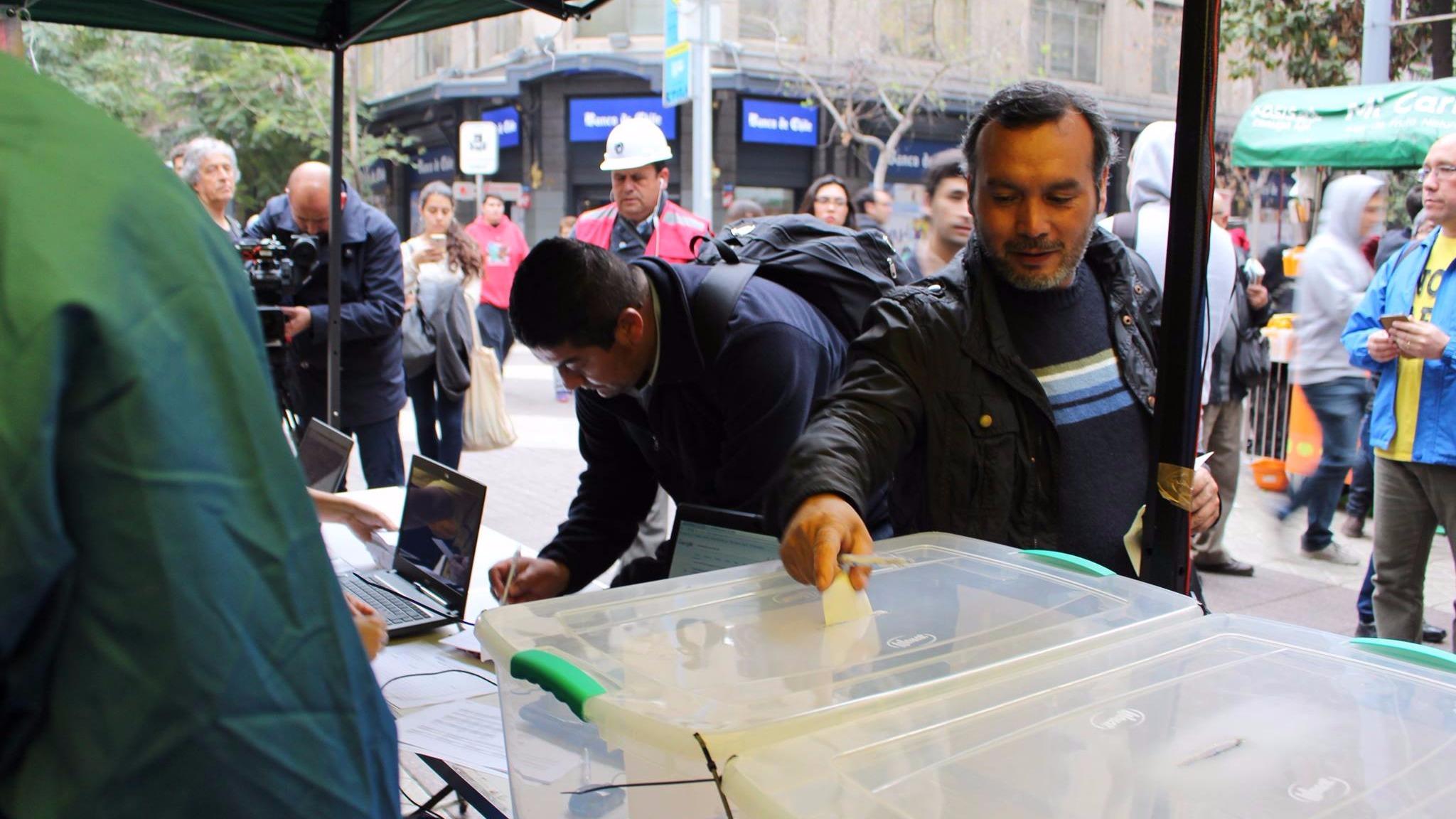 La pagina web de las votaciones se cayó en innumerables ocasiones y también tuvieron problemas en algunas comunas, especialmente donde la votación fue de forma presencial.