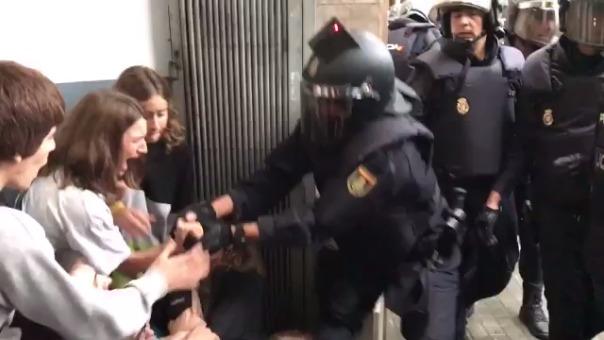 La Policía saca a la fuerza a jóvenes de los centros de votación.