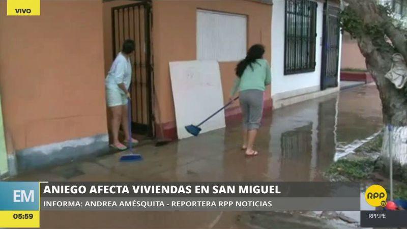 Con baldes, escobas y recogedores, los vecinos trabajaron por horas para retirar el agua de sus casas.