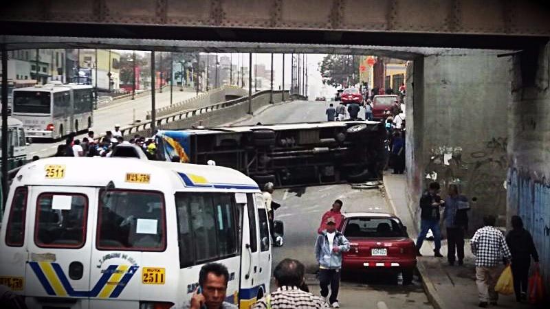 El bus se volcó en plena avenida y generó congestión vehicular en dirección hacia el centro de la capital.
