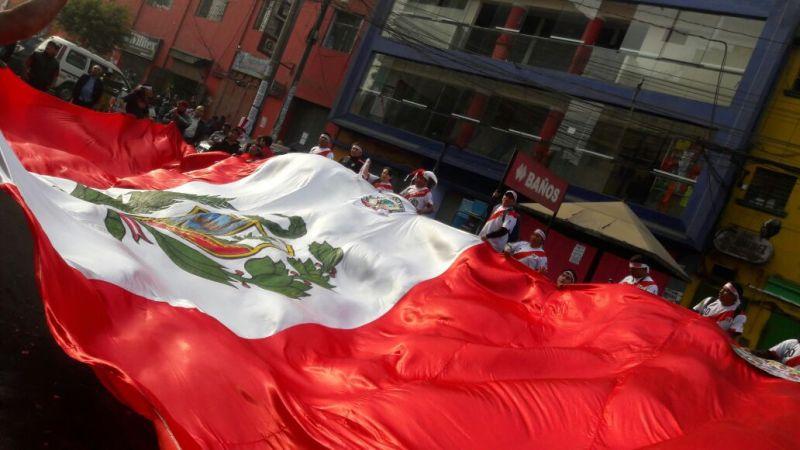 Los comerciantes desplegaron una enorme bandera para alentar a la Bicolor.
