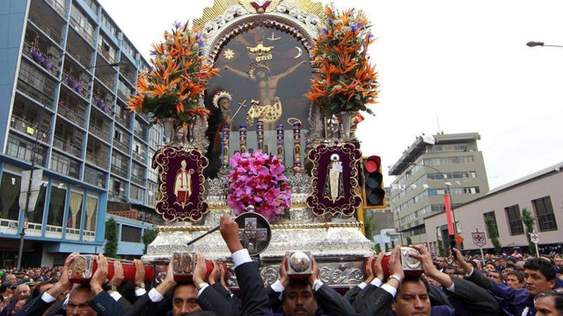 Miles de fieles acompañan a la imagen religiosa en su primer recorrido de la temporada.