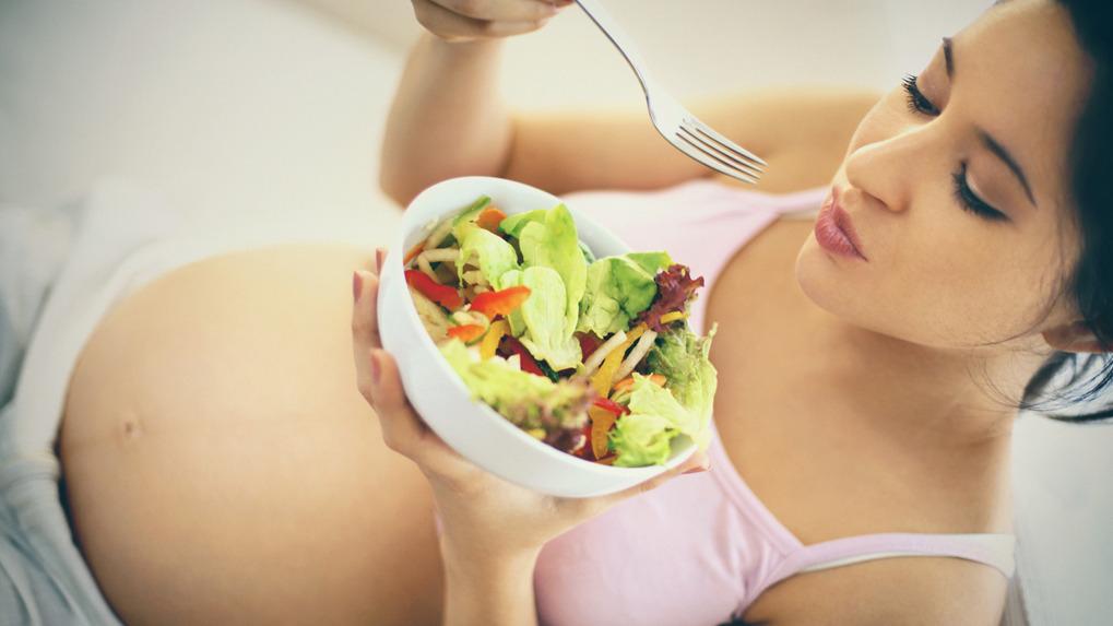 Estudio señala que la comida de la gestante debe ser variada y debe ser reforzada con vitaminas y minerales.