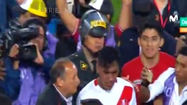Renato Tapia se emocionó al retirarse del campo del Estadio Nacional.