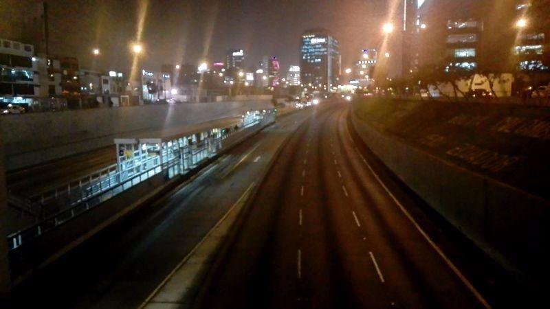 En dirección hacia el sur casi no habían vehículos y los vehículos del Metropolitano pasaban en intervalos largos de tiempo.