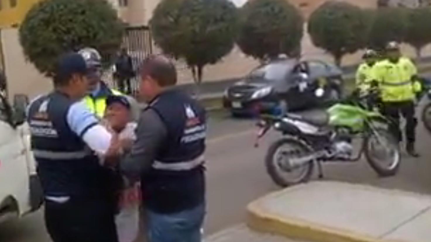El video en donde se observa a agentes de la Municipalidad de Surco maltratar a una adulta mayor generó la indignación de los usuarios de Facebook.
