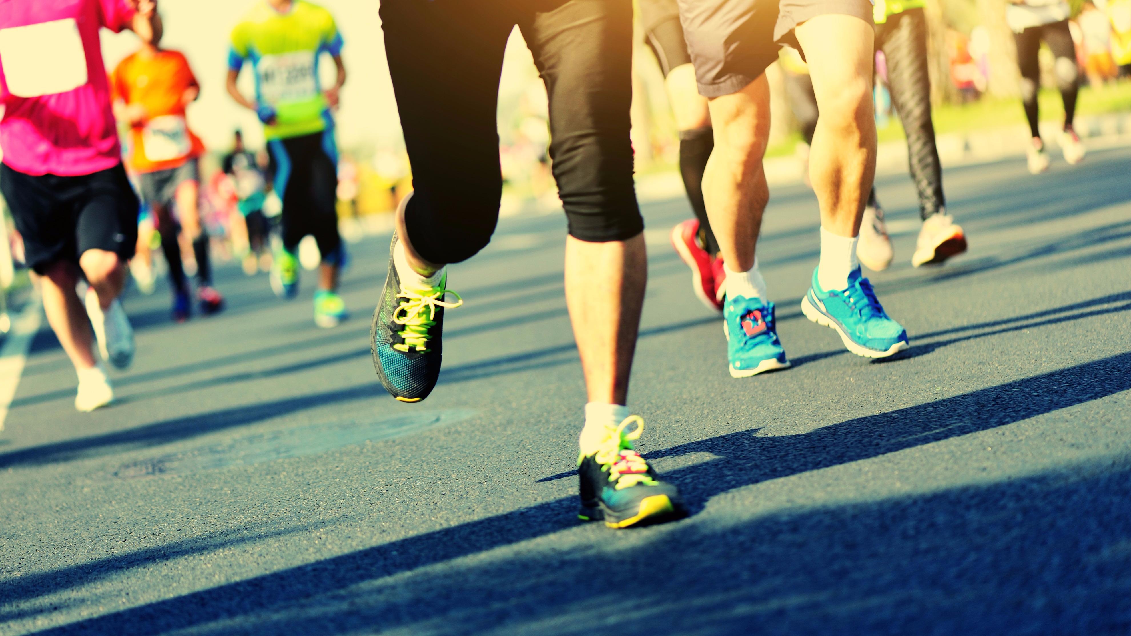 Si bien existen cuatro tipos de respiraciones (abdominales, torácicas, claviculares y totales), solo dos son usadas en el ejercicio físico, elija la que mejor se acomode a tu ritmo de carrera.