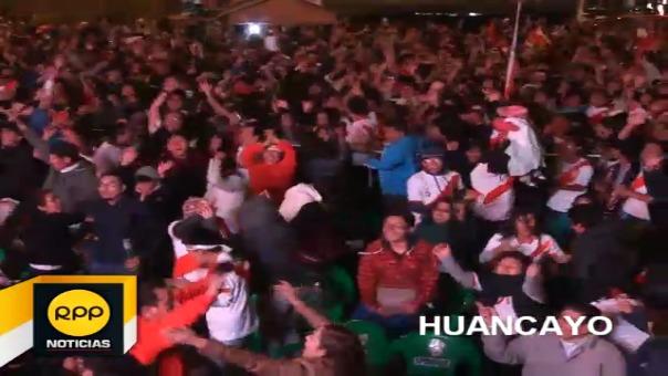 Hinchas a lo largo y ancho del país se congregaron en diversos espacios públicos para ver y festejar el empate y clasificación al repechaje del seleccionado nacional.